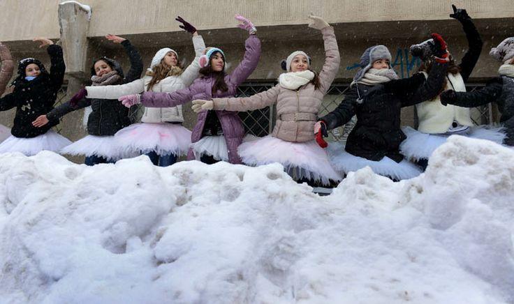 """Profesorii, elevii şi părinţii acestora de la Liceul de Coregrafie """"Floria Capsali"""" din Capitală au protestat duminică, faţă de decizia de desfiinţare a instituţiei. Protestul lor a avut succes: http://adevarul.ro/educatie/scoala/floria-capsali-balerini-liceu-1_52e61bddc7b855ff56d5e7bd/index.html"""