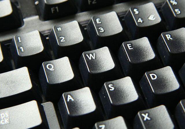 نبض المعلومات كيفية تنظيف لوحة المفاتيح للكمبيوتر الشخصي باستخ Computer Keyboard Keyboard Computer