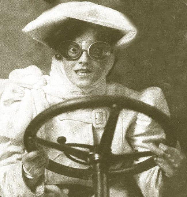 Une femme au volant d'une voiture, dans les années 1900