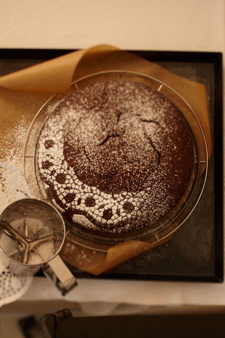 Schokoladenkuchen von Oma Magdalene  #kuchentratsch #selbstgemacht #kuchen #muenchen #kuchenonline #kuchenbestellen #schokoladenkuchen #schokokuchen #schokokuchenonline #schokoladenkuchenonlinebestellen #schokokuchenselbstgemacht #saftigerschokokuchen