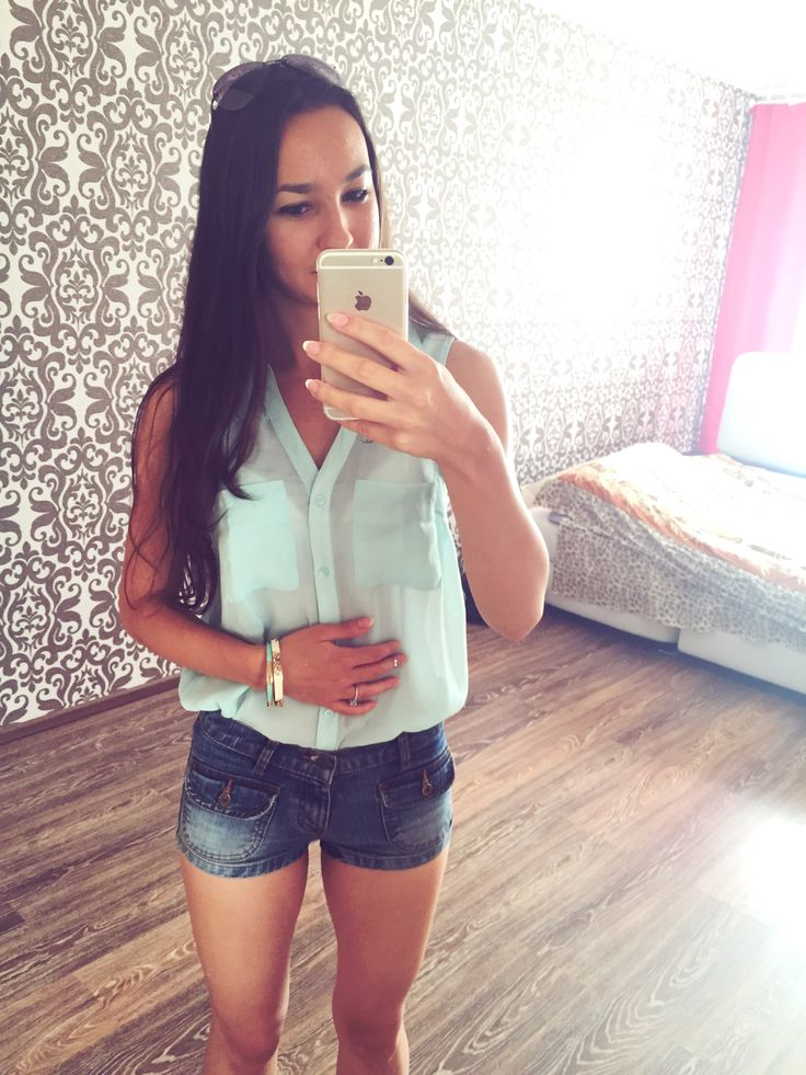 Happy Summer outfit for a sunny day  Short Jean Shorts / Mint Top - New Yorker / Bracelets - Forever 21 //