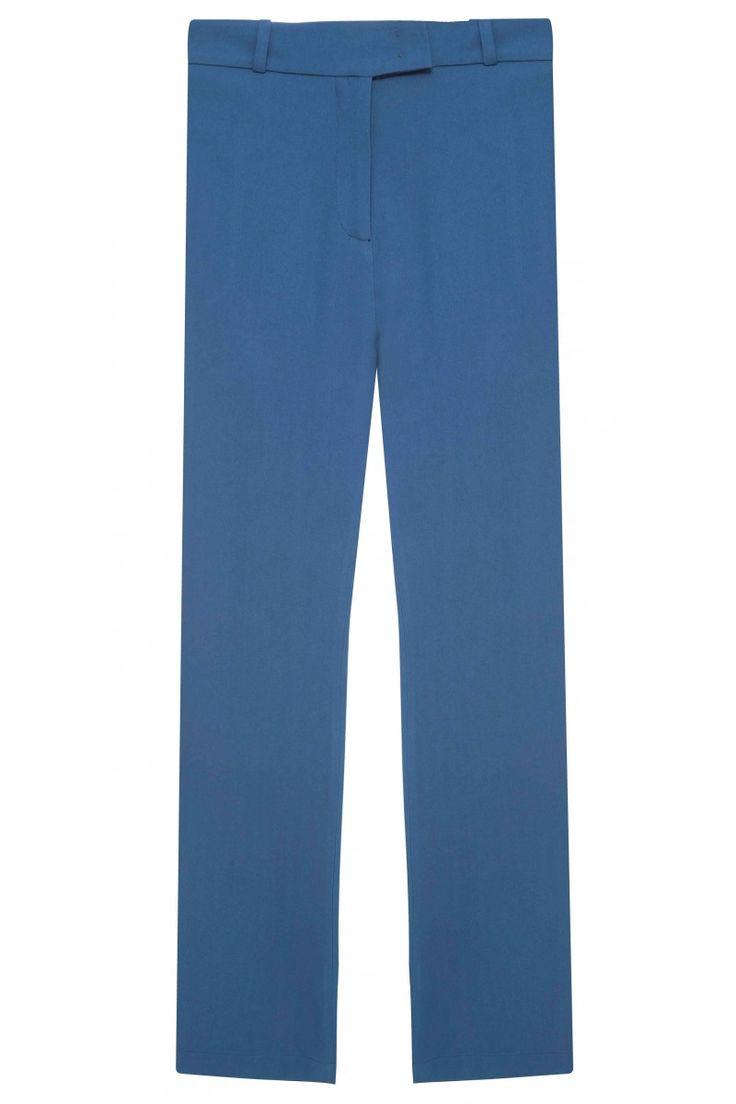 CALCA THOBE Calça pantalona, alfaiataria, cós com passantes, 2 bolsos frontais, 2 bolsos posteriores decorativos e fechamento frontal em zíper, botão e colchetes.