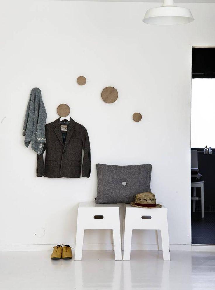 Krakkene er fra Ikeas første PS-kolleksjon og var opprinnelig i bjørkefiner. Den grå puten med ullstoff er fra Hay og treknaggene Dots er Tveit og Tornøe for Muuto.
