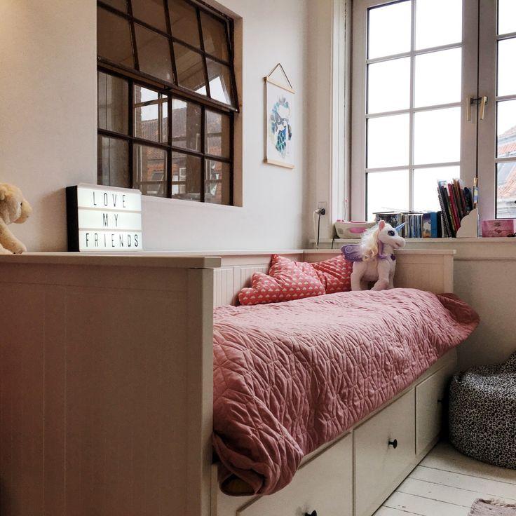 Staldvindue mellem værelser. Børneværelse og seng med opbevaring til alt legetøjet. Kidsroom with stable window