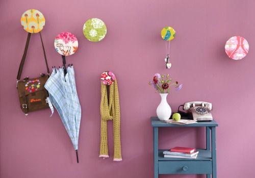 patères réalisées à partir de pieds de meuble vissés dans le mur avec une galette de bois collée et recouverte à l'agrafeuse de chutes de tissus et ouatine: un coup d'oeil au tuto suffit… (via Handmade - Artikel)