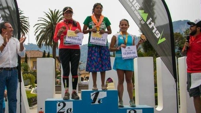 A 22-year-old woman from Mexico's Tarahumara indigenous community has won a 50km (31 miles) ultramarathon wearing sandals.