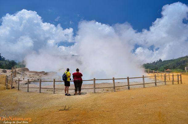 Kawah SIkidang, Dataran Tinggi Dieng, Jawa Tengah, Indonesia   http://www.geonation.org/jawa-tengah/sikidang-menggelegak-di-dataran-tinggi-dieng/
