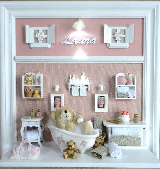Quadro com ambiente do banho do bebê. Para porta de maternidade e decoração do quarto do bebê. Fundo revestido em tecido da sua escolha. Miniaturas em resina, recortadas a laser, espelho, banheiro em porcelana branca, colorida ou decorada. PRODUTO ARTESANAL SUJEITO À ALTERAÇÕES R$ 395,00