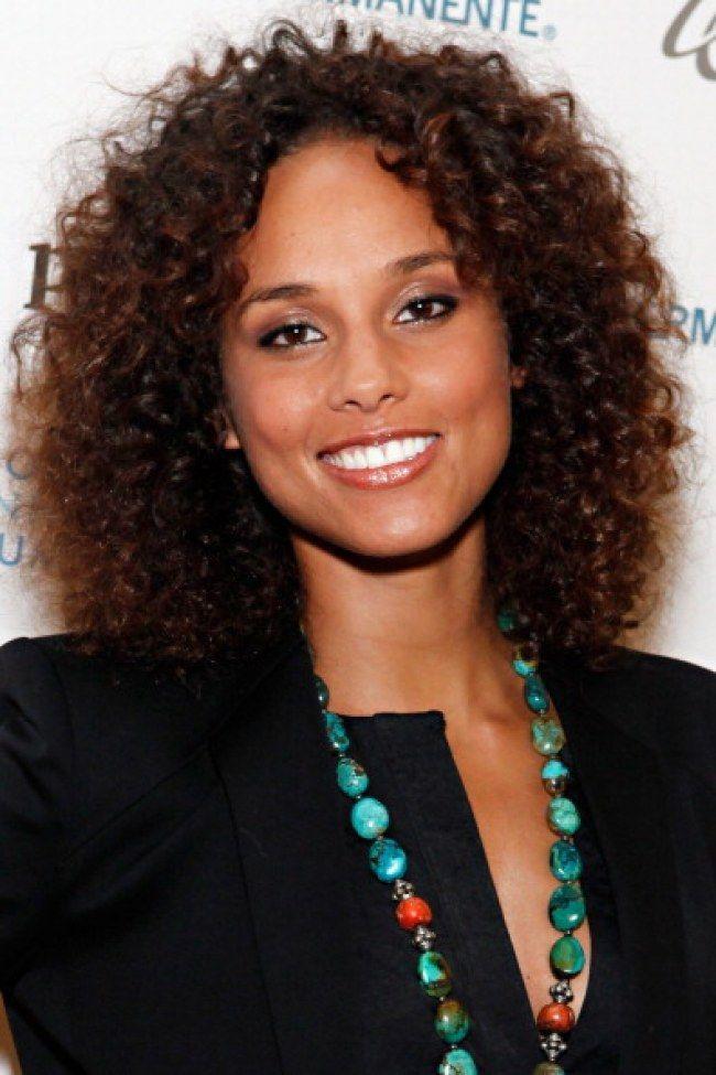 Comme Alicia Keys Vous Avez Les Cheveux Boucles Decouvrez Les Trucs Des Fill In 2020 Curly Hair Styles Afro Hair Styles
