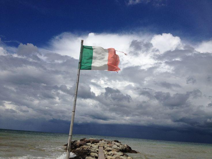 la Bandiera Italiana sventola sul mar Adriatico, la sua forza la rende una combattente e anche se strappata riesce a dominare le forze della natura con la lucentezza dei suoi colori !