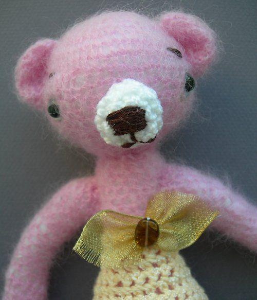 Háčkovaný+medvídek+růžový+Medvídek+je+uháčkovaný+ze+světle+růžové+akrylové+příze+a+nožky+má+z+fialové+příze,+uši+a+čumáček+jsou+bílé,+očka+modré.+Medvídek+je+bez+oblečků,+výška+medvídka+cca+25cm.+Foto+je+pouze+orientační.