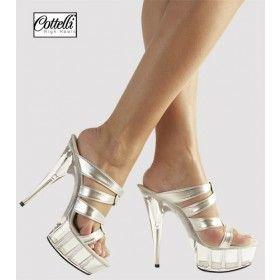 Sempre più sexy passo dopo passo, con questa splendida calzatura color argento.