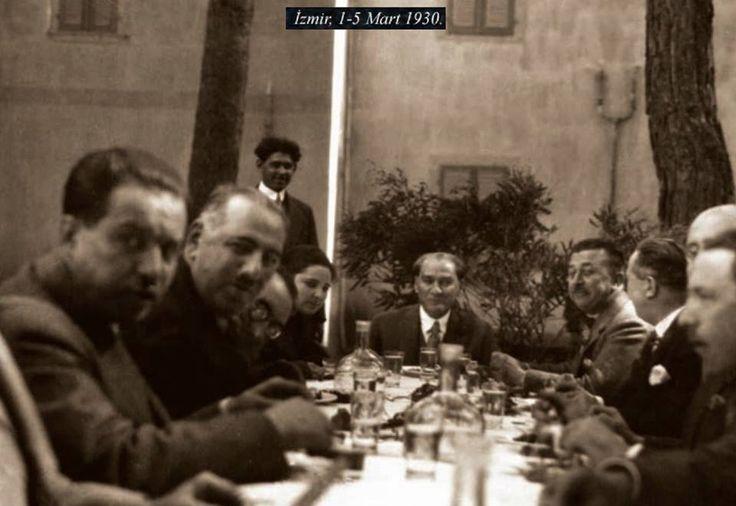 Atatürk Buca'da. 1 Mart 1930. (Fotoğraflar Hasanağa Bahçesi'nde fotoğraf çekildiği gün ile aynı gün çekildiğine, üzerindeki kıyafetler ve yakınındaki kişiler aynı olduğuna göre Buca olmalı.)