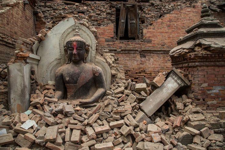 Nach dem Himalaya-Beben sind nicht nur Tote zu betrauern. Auch ein Teil der Geschichte Nepals, oft Unesco-Welterbe, liegt in Trümmern. (Eine Buddha-Statue in Bhaktapur, umgeben von Schutt. (Foto: Getty Images)).