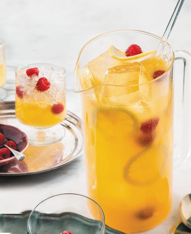 LE GRAND O 1½ tasse de spiritueux Grand Marnier® 2 tasses de jus d'orange frais 2 tasses de soda club Une poignée de framboises Le jus d'un citron, ou ajouter des tranches de citron dans le pichet. Verser les ingrédients dans un pichet à moitié rempli de glaçons, remuer et servir dans des verres remplis de glaçons. Garnir de framboises fraîches. Donne 8 portions.