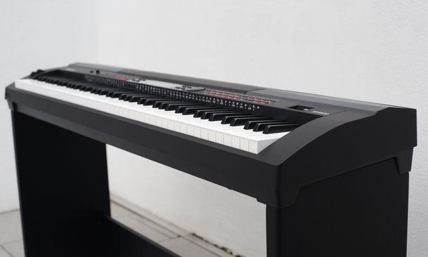 Das Piano ist schlicht, aber funktional und ansprechend gestaltet.