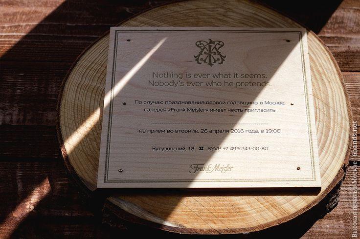 Подготовку к годовщине галереи начали с разработки концепции пригласительных, и вот что вышло: свежие, ароматные еловые и березовые спилы, на которых плотно уселись квадраты из шпона, поблескивая высокой печатью золотом и контрастным черным. #высокаяпечать #пригласительные #свадьба #конверты  #свадьба #letterpress #wedding #invitation #6hands #приглашение