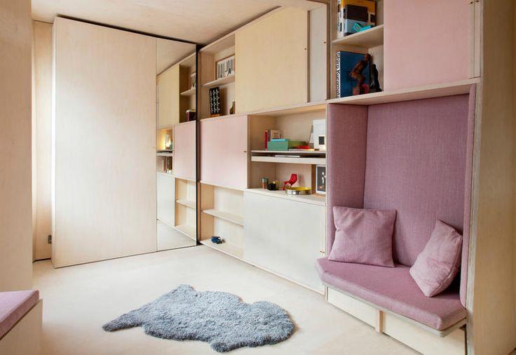 Caldo legno, palette pastello e soluzioni di storage per la casa più piccola della città