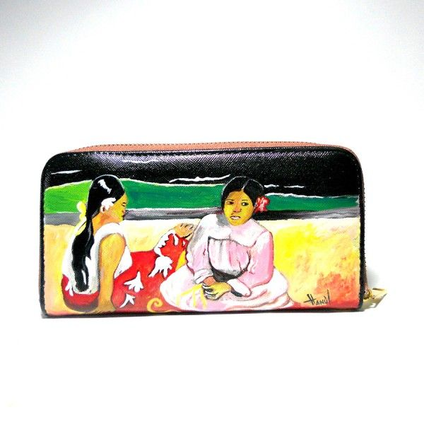 Po37 Portafoglio in pelle dipinto a mano Donne Thaitiane Gauguin  95.00€  Portafogli in pelle dipinto a mano DONNE THAITIANE SULLA SPIAGGIA, del Grandioso espressionista Paul gauguin che amava l'esotico in tutte le sue sfaccettature. Non è raro vedere nei suoi dipinti donne asiatiche dalla pelle ambrata riprese nei più svariati momenti di vita quotidiana!