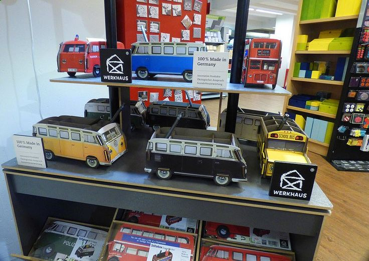 Koln, Zeppelin Strasse 4, Potlood en pen houder Werkhaus, Ortloff kunst leveringen winkel. VW bus Pencil and pen holders from Werkhaus. In Koln center you will find Ortloff for stationery, writing instruments, office supplies, computer accessories, art supplies, drawing techniques, office equipment and office furniture