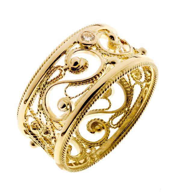 Filigraani II | Asiakkaan omista vanhoista koruista valmistettu keveän pitsimäinen keltakultainen filigraanisormus. Toinen timanteista on otettu entisistä koruista uusiokäyttöön ja sen lisäksi sormukseen istutettiin uusi samankokoinen timantti. | Materiaalit: 750 keltakulta, timantit | http://www.hannakorhonen.fi/filigraani-ii/ | Yellow gold 750, diamond | #HannaK #rings #jewelry #filigree
