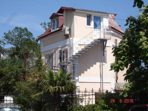 Guest House Persik Yalta Located in Yalta, 700 metres from Yalta, Guest House Persik boasts air-conditioned rooms with free WiFi throughout the property. Private parking is available on site.  Each room includes a TV with cable channels.