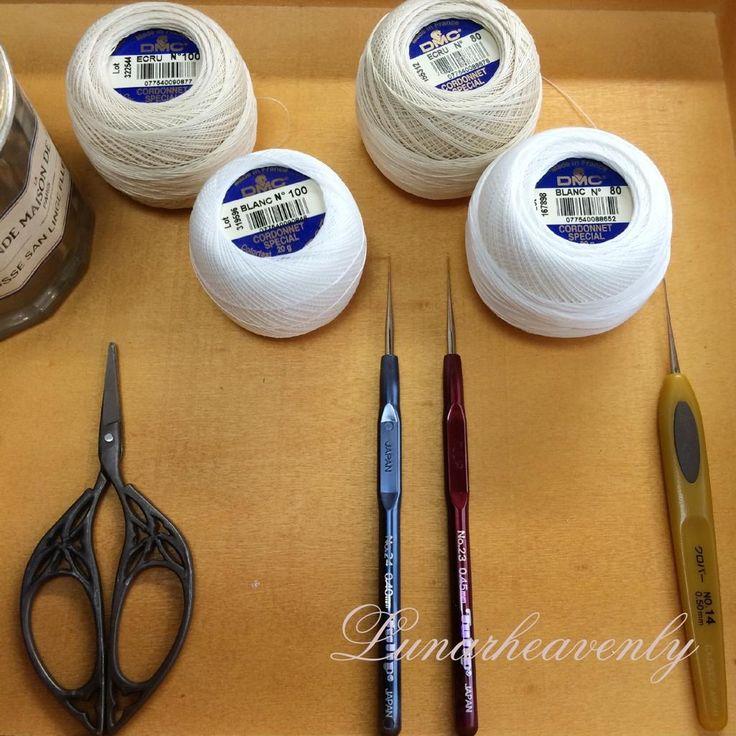 まずは道具。 レース糸はDMCの80番を。針はクロバーのno.14(0.5mm)を使います。 ガラスドーム用など、より小さく繊細さを表現したい時には、100番の糸で、針は0.45または0.4mmのものを使います。 #レース編み実況