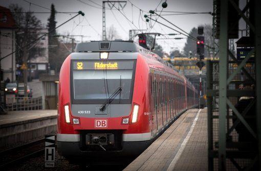 S-Bahn Stuttgart Tunnel nach Weichenstörung gesperrt - Eine Weichenstörung sorgt für erhebliche Störungen im Stuttgarter S-Bahn-Verkehr. Laut VVS ist der S-Bahn-Tunnel Richtung Stuttgart noch bis Betriebsbeginn am Donnerstagmorgen gesperrt. http://www.stuttgarter-zeitung.de/inhalt.s-bahn-stuttgart-tunnel-nach-weichenstoerung-gesperrt.403b0175-0864-49bc-bcee-0ef95f97ce0e.html