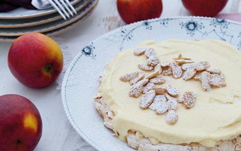 Skøn dessert, der er nem at servere for gæster, for både mandelbund og is kan tilberedes i forvejen.