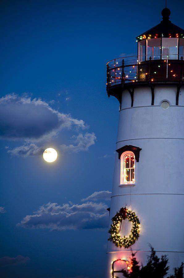 Un phrase dans l'ambiance de Noël! Merry Christmas Moon Photograph with Christmas Lighthouse in Edgartown, Martha's Vineyard.