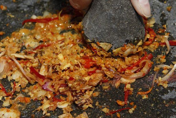Boemboe is een traditionele Indonesische kruidenpasta. Traditioneel worden deingrediënten in een vijzel fijngestampt. Door er olie aan toe te voegen onstaat er een mooie pasta welke heerlijk is als marinade voor vlees, vis en/of groente. De boemboe bestaat veelal uit een mengsel van specerijen en kruiden als chilipeper, kurkuma, nootmuskaat, gember en laos. Daarnaast wordt er ook vaak ui en knoflook aan toegevoegd. Een heerlijke marinade voor een heerlijk gerecht.
