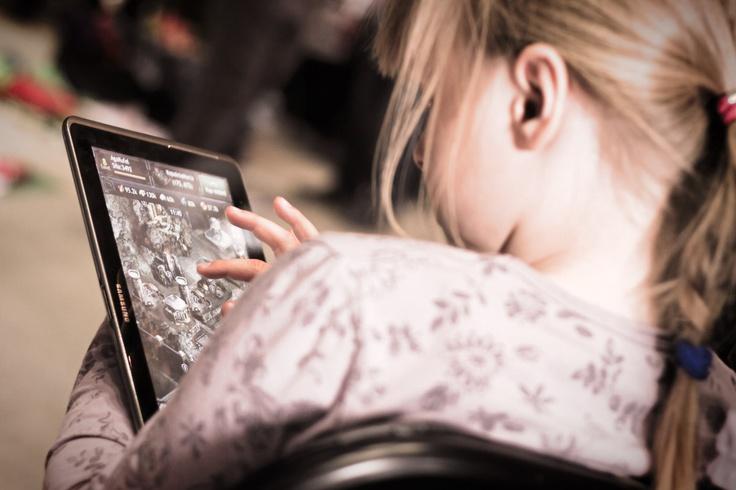Dziewczynka grająca w gry na tablecie w czasie II Edycji Zamianki Ciuszków Dziecięcych - http://www.snaphub.pl/galerie/fotorelacja-ii-zamianka-ciuszkow-bydgoszcz