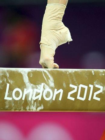 Ponta do pé de ginasta em treinamento de equilíbrio na trave  Foto: EFE