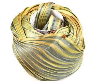 SHIBORI zijde lint (hand-geverfd bias lint).  Aanbieding voor 0.3 werf/30 cm, kleurcode - SH80  Deze shibori lint heeft geen naad (geverfd door stukken, zeer beperkte hoeveelheid).  Als gevolg van handgemaakte proces elke partij van lint verschillend zijn, Raadpleeg KLEURCODE als u wilt krijgen lint van eenzelfde partij.  Afmetingen: wereldwijd - 4 geplooid to 1. Inhoud: 100% zijde.  Zijden Shibori linten zijn 4 breed bias cut, 100% zijden linten met een satijn geweven afwerking, thats h...