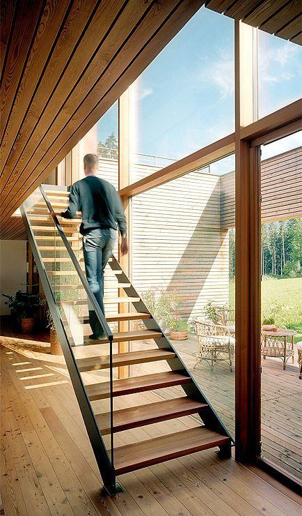 Holzhaus mit großen Fensterfronten: Treppe aus Holz und Stahl