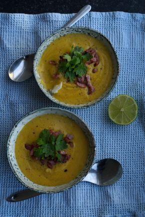 En lækker cremet suppe lavet på rodfrugter. En bagt torsk i bunden og baconknas og persille på toppen