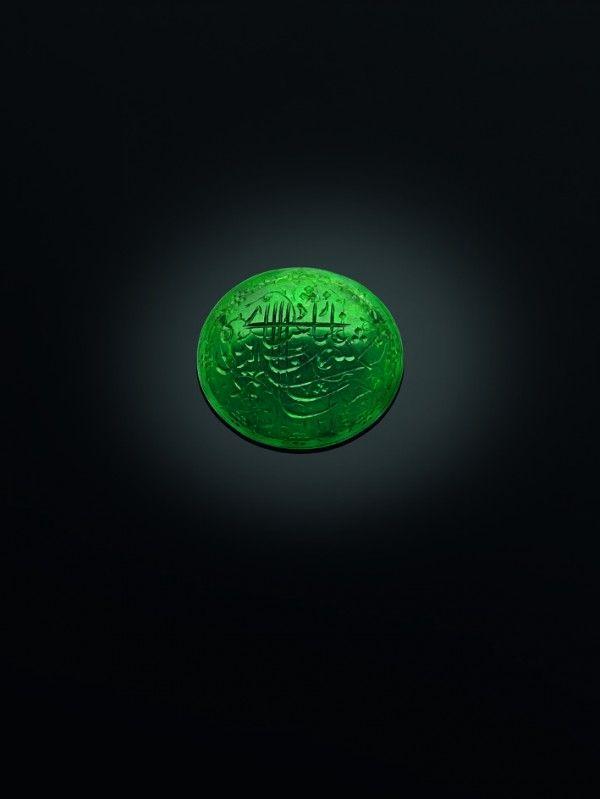 Émeraude, Inde du Nord ou Deccan, datée 1031 AH (1621-1622) Inscription en persan: Shihab al-din Muhammad, Shah Jahan Ghazi Empereur 1031, H: 2,2 cm; l: 2,4 cm; D: 0,7 cm; poids: 30,61 ct. © The Al Thani Collection 2016. Tous droits réservés. Photo Prudence Cuming Associates Ltd