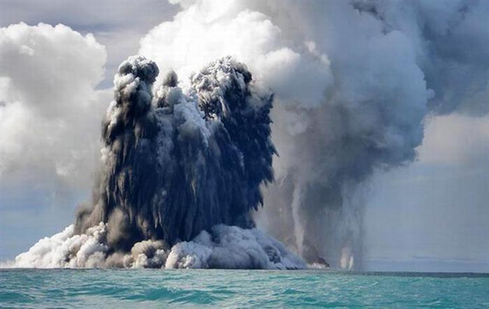 Vulcão subaquático faz parecer que o mar está explodindo no litoral de Tonga
