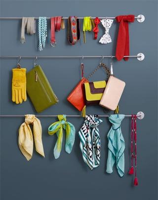 > Barres en métal Bygel, 55 cm et 100 cm, Ikea, 1,99 € et 2,99 € (Ikea.fr) > Crochets S, BHV, 1,50 € l'un (Bhv.fr)