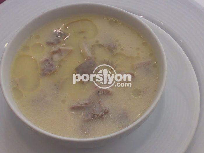 Kokusuz ve pratik tavuklu yalancı işkembe çorbasının tarifini ve gerekli malzemelerini öğrenebilirsiniz.