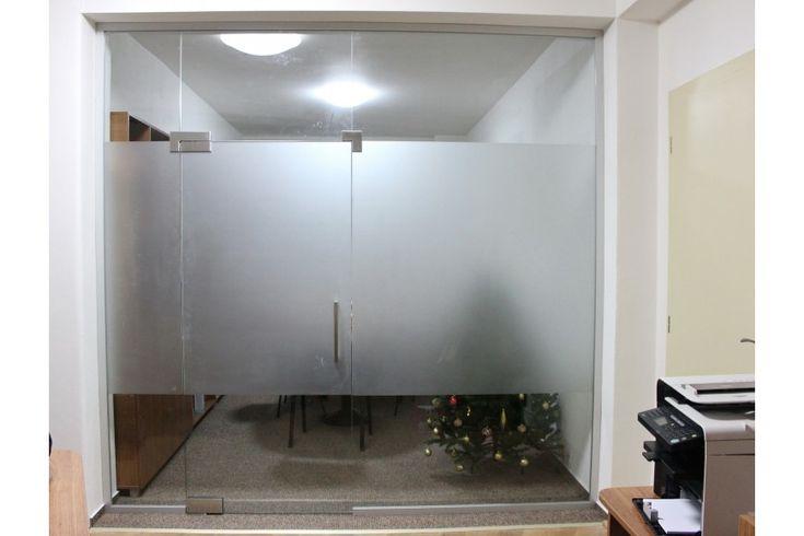 Sklenená stena s kyvnými dverami