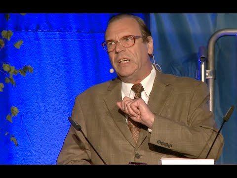 Georg Schramm zu Atomenergie, Finanzkrise und Grexit (37:12) – Georg Schramm schlägt beim Schönauer Stromseminar einen atemberaubenden Bogen von den Machenschaften der Atomwirtschaft über das Syndikat des billigen Geldes bis zum Verrat von europäischen Grundwerten in der Griechenlandkrise,