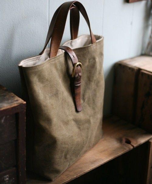 レザー トートバッグ スモークグリーンの本体に 素材感の異なる革の持ち手が ついています。