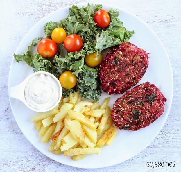 Buraczane kotleciki, czyli najlepsze wege burgery pod słońcem | Zdrowe Przepisy Pauliny Styś  Jajko + Siemię lniane dla sklejenia. Dużo pestek + cebula smażona wcześniej. Mąka ziemniaczana na panierkę. Sól i pieprz :)