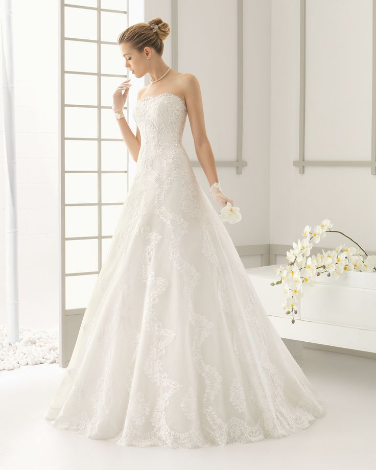Traje de novia con cuerpo de encaje pedrería y falda de encaje y organza. Colección 2016 Rosa Clará
