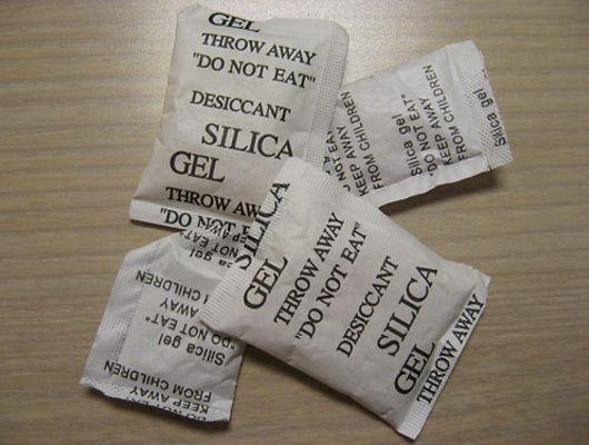 Yeni aldığınız ürünlerin çoğunun içinde küçük şeker paketlerine benzeyen silika jel paketleri bulunduğunu fark etmişsinizdir. Peki, bu paketler ne işe yarar, neden herşeyin içinden çıkarlar ve bize ne gibi faydaları olabilir?