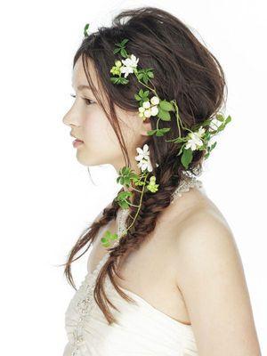 [結婚式・披露宴・ウェディング・ヘアスタイル]グリーンをプラスしてフレッシュなダウンスタイルを/サイド