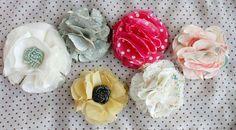 "No-Sew Fabric Flower Tutorial | Een stoffen bloem maken zonder naaien | #diy #broche maken | Great craft ideas at Pinterest account ""kids & parents inspiration"""