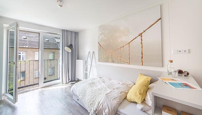 Schones Altbau Wg Zimmer Mit Weissen Wanden Hohen Decken Und