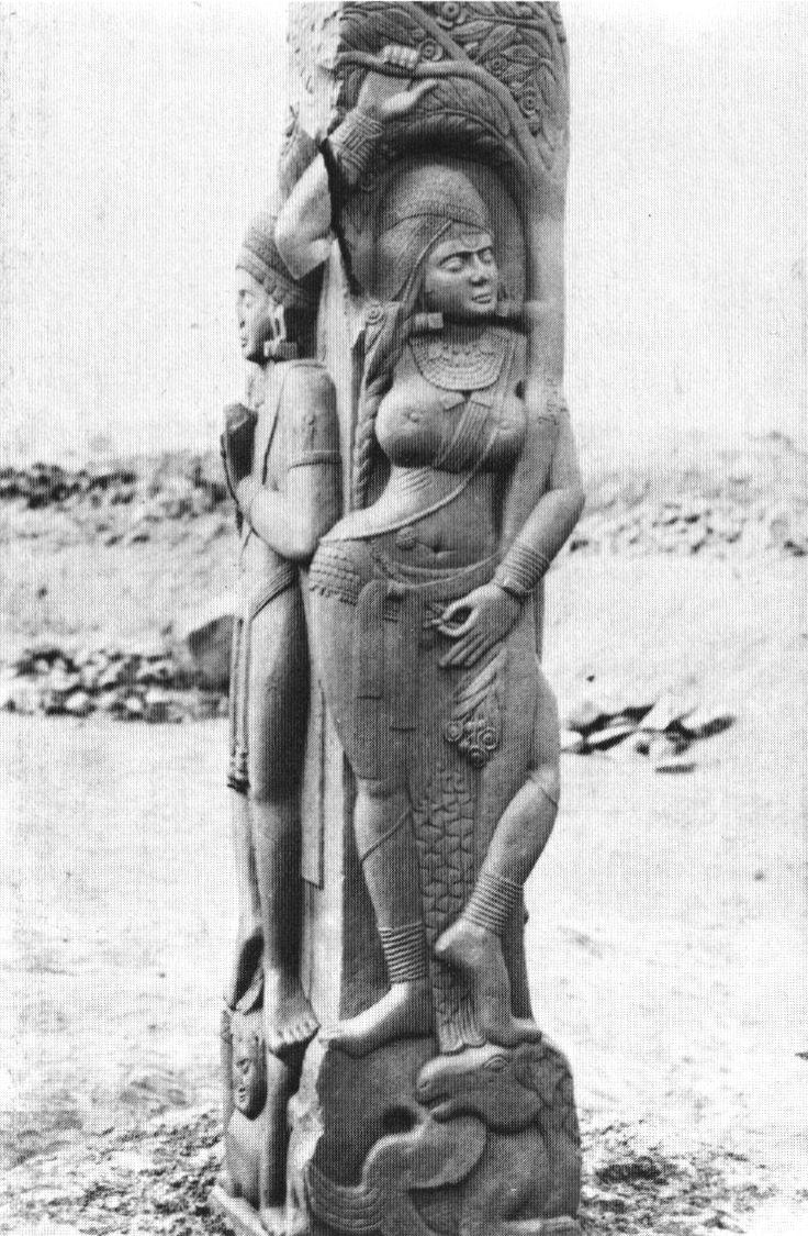 Montant de balustrade1 (vedikâ), stupa de Bharhut : Yakshinî tenant une branche fleurie. Grès rouge poli, H 214 cm. Shunga. iie siècle av. n. è.